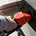 ガソリンスタンドでもう迷わない!給油口の方向を運転席で知る方法